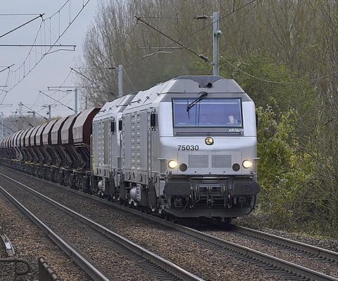 Un mannequin heurté par un train lors d'une séance photo est amputé d'un pied