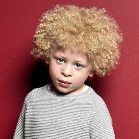 Un petit garçon albinos devient mannequin pour la campagne de publicité Primark