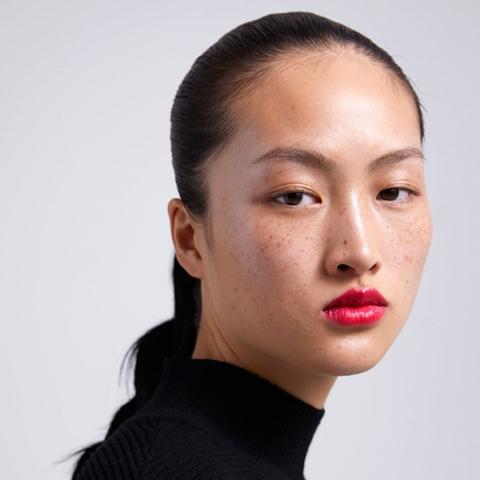 Polémique en Chine autour des tâches de rousseur du mannequin chinois Li JingWen sur la campagne Zara Beauty