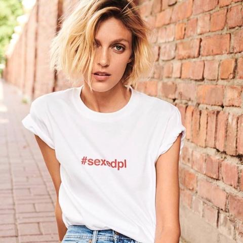 #sexedpl : le top model Anja Rubik milite pour l'éducation sexuelle en Pologne